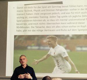 Auch mit dem isländischen Fussballer Liam Bossin arbeitete der Diplom Psychologe. © privat