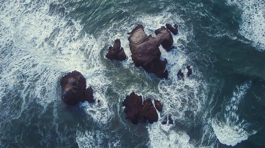 """Standhaft sein, Stärke zeigen - es gibt sie, die """"Felsen in der Brandung"""" © unsplash"""